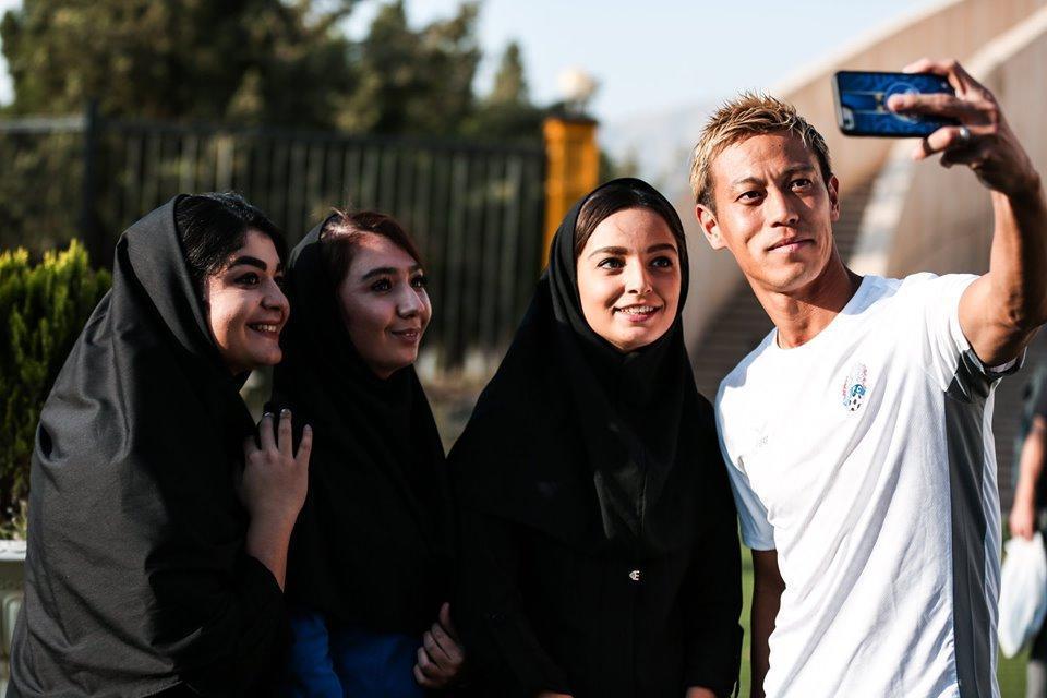 سلفی مربی کامبوج با دختران ایرانی، عکس