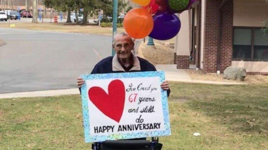 عکس ، عشق کرونا نمی شناسد ، جشن سالگرد ازدواج از پشت پنجره قرنطینه